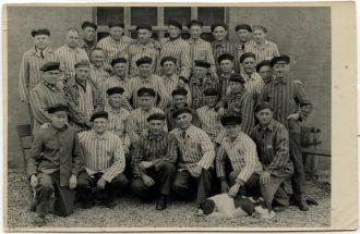 Mitglieder des am 2. April 1945 befreiten Restkommandos auf dem Gelände des KZ Niederhagen posieren für ein Erinnerungsfoto, April Mai 1945