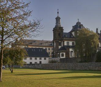 Jesuitenkirche, Ökonomie und Jesuitenkolleg